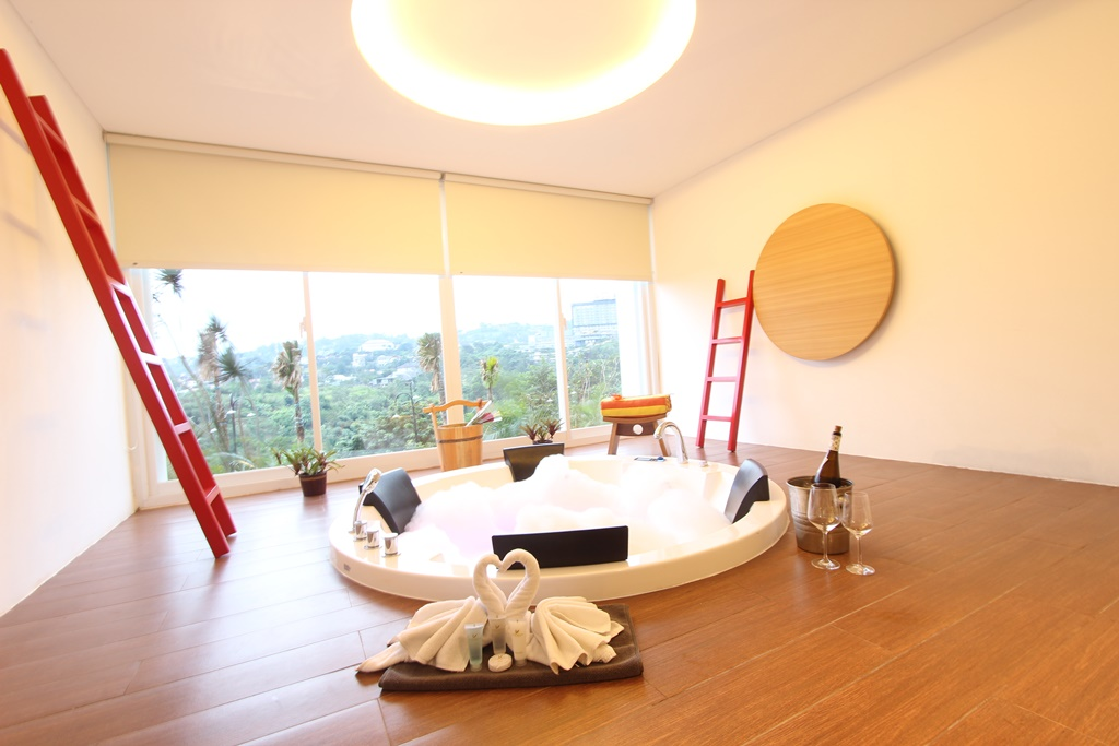 Jacuzzi Room Family Suite