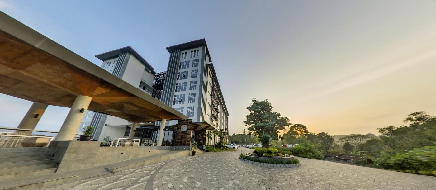 Building Clove Garden Hotel & Residence Front